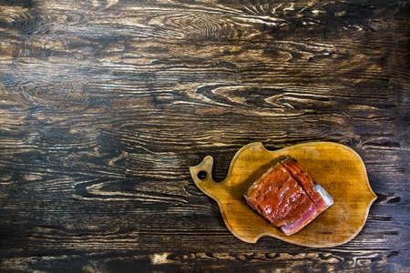 aliments: filet de saumon Tasty semble bon sur le vieux bois. Image d'espace libre pour la conception nécessaire pour vous.