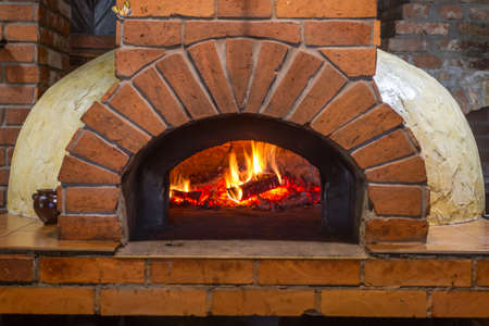 Fire and burn coals in stone ovens. Oven made of brick and clay on the wood. Oven for pizza. Brick oven. Banque d'images