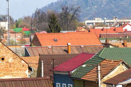 Una vista dall'alto sui tetti della città vecchia di Mukachevo, su cui talvolta ci sono ancora vere trucioli di camini. Ucraina. Archivio Fotografico - 81097619