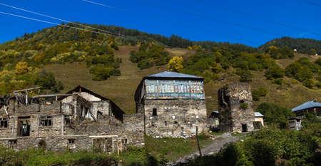 Case, paesaggi e torri di Svan di Ushguli. Ushguli è la comunità più abitata abitualmente abitata dall'alto in Europa. Si trova ad un'altitudine di 2.200 metri. Archivio Fotografico - 80890073