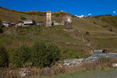 Case, paesaggi e torri di Svan di Ushguli. Ushguli è la comunità più abitata abitualmente abitata dall'alto in Europa. Si trova ad un'altitudine di 2.200 metri. Archivio Fotografico - 80871371