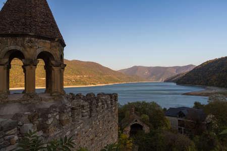 Sulle rive del bacino Zhinvali c'è un interessante punto di riferimento: la fortezza medievale di Ananuri, costruita nel XVI secolo per proteggere le terre circostanti. Fino ad ora, parte del muro della fortezza, la torre di avvistamento e tre chiese situate a Archivio Fotografico - 80837118
