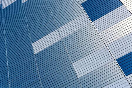 Abstrakter architektonischer Hintergrund aus moderner Gebäudefassade mit blauen und silbernen Linien - Bild