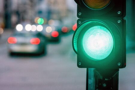Un attraversamento di città con un semaforo. Luce verde nel semaforo - immagine Archivio Fotografico