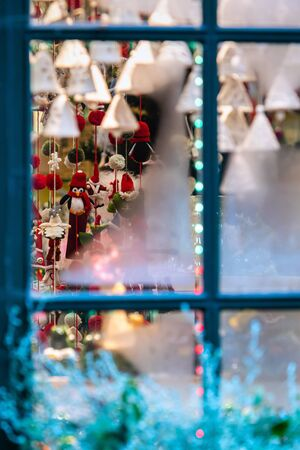 Frozen window panes through which visible Christmas decorations. The concept of Christmas time - image Banque d'images - 135495565