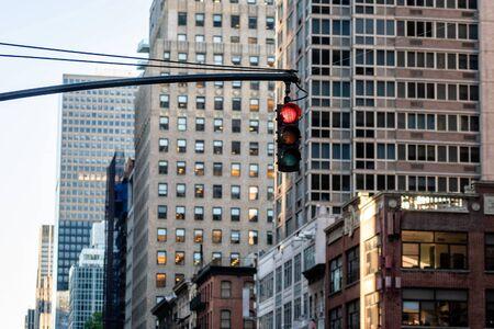 Semáforo con luz roja sobre la calle Manhatan entre muchos rascacielos, Nueva York, EE. Foto de archivo
