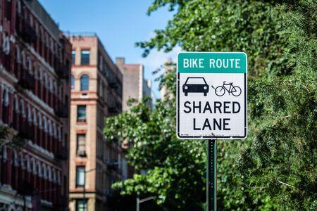 Signo de carril compartido para ciclistas y automóviles en Manhatan, Nueva York, EE. Foto de archivo