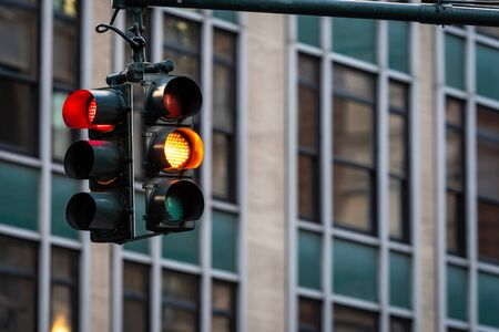Semáforo con luz roja sobre la calle Manhatan entre muchos rascacielos, Nueva York, EE.