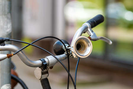 Close-up of a Vintage bicycle horn on handlebar, defocused background Stockfoto