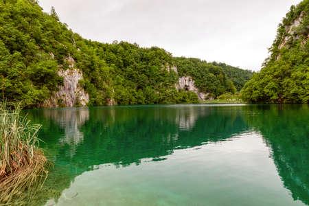 Idyllic mountain lake, Plitvice Lakes national park in Croatia Foto de archivo