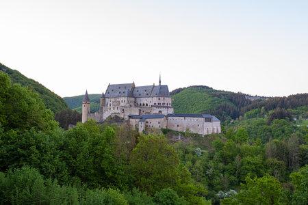 Vue du château dans les montagnes. Vianden.