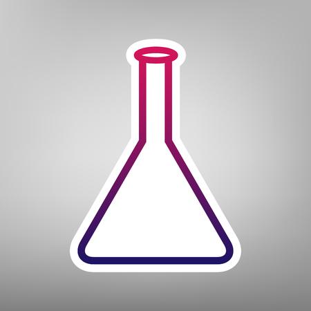 Signo de frasco cónico. Signo de vidrio de laboratorio. Vector. Icono de gradiente de color púrpura sobre papel blanco en el fondo gris.