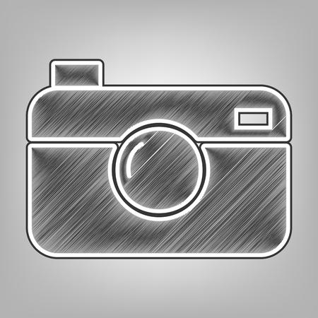 디지털 사진 카메라 기호입니다. 벡터. 연필 스케치 모방입니다. 회색 바탕에 어두운 회색 외부 윤곽선이있는 어두운 회색 낙서 아이콘. 일러스트