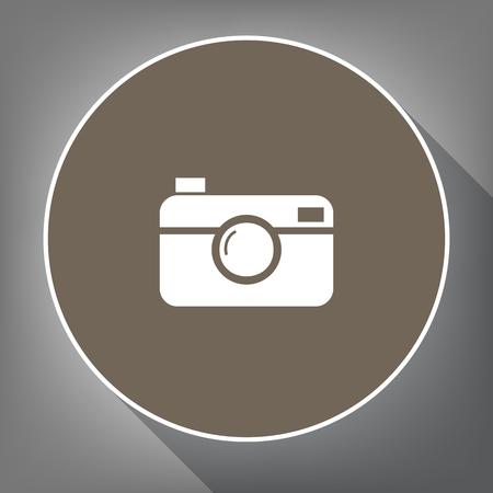 디지털 사진 카메라 기호입니다. 벡터. 흰색 윤곽선과 회색 배경에서 긴 그림자 갈색 원에 흰색 아이콘.