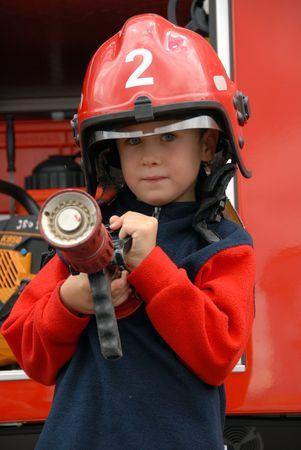 camion pompier: Un jeune gar?on assis dans un camion d'incendie