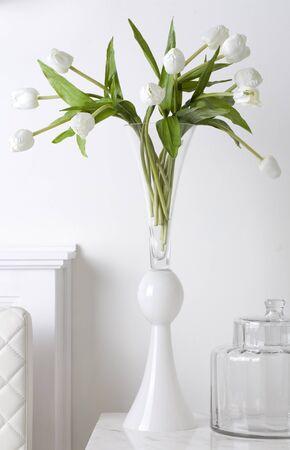 florero: Manojo de tulipanes blancos en florero de vidrio blanco
