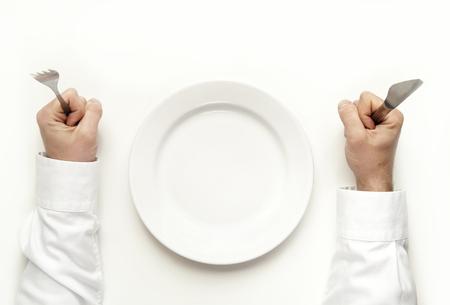 cuchillo: Concepto Hambre hombre la celebración tenedor y un cuchillo esperando comida aislados en blanco