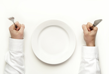 Hunger Konzept Mann hält Messer und Gabel wartet für Lebensmittel isoliert auf weiß