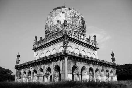 tumbas: Tumbas Qutub Shahi en BW Foto de archivo