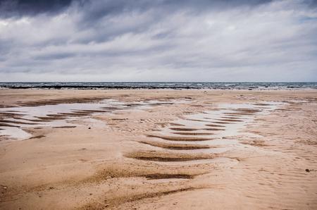 Lang zandstrand bij eb zonder water, Karon-strand. Stockfoto