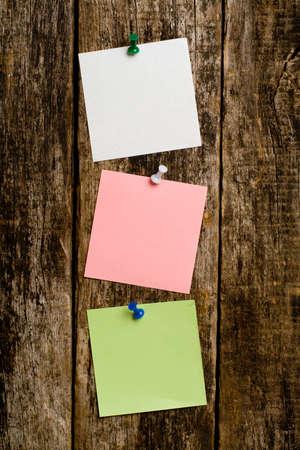 telegrama: Notas de papel en la pared de madera