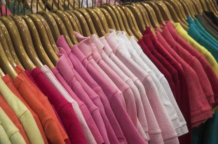 kledingwinkel: closeup oog van kleren in een kledingwinkel dames
