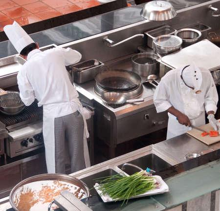 리조트에서 저녁 식사를 준비하는 두 명의 요리사 스톡 콘텐츠