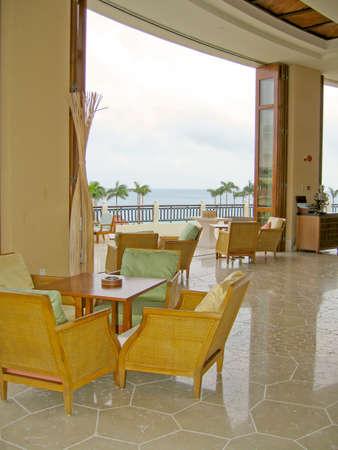 Open balkon op het resort kijkt uit op de Zuid-Chinese Zee Stockfoto - 5324244