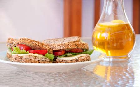gezonde zomer tarief met vijf graan sesame sandwiches en ijsthee met citroen