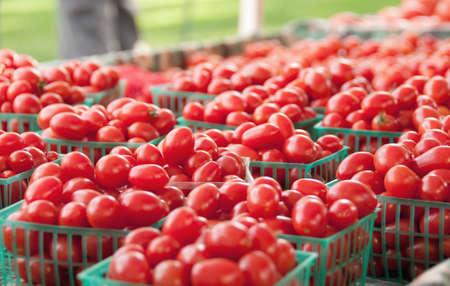 農夫の市場でトマトの浴槽