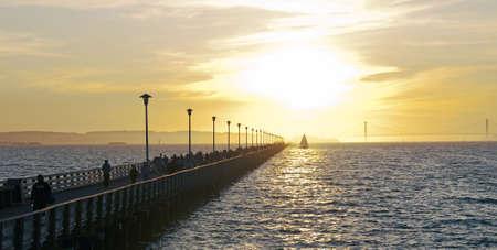 Een pier strekt zich uit in de baai van san francisco met de golden gate bridge op de horizon  Stockfoto - 5906074