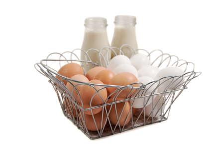 een mandje met eitjes met flessen sojamelk  Stockfoto