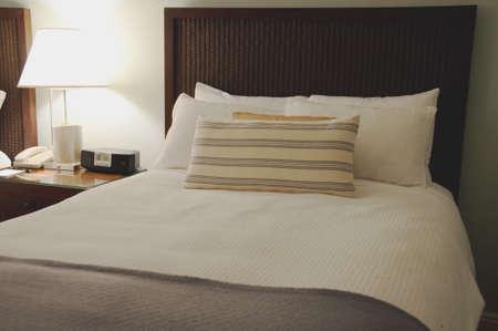 夕方には明るい光と快適なきれいなベッド