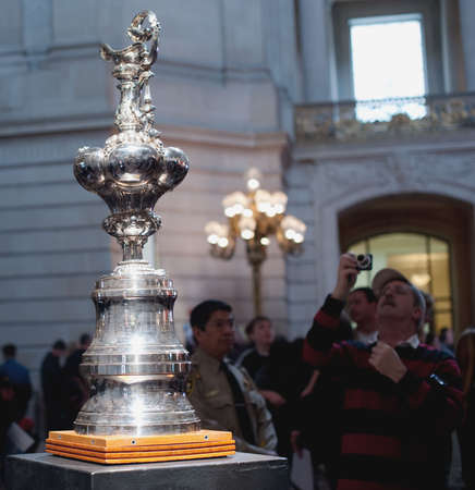 SAN FRANCISCO - FEB 20: Americas Cup on view at City Hall on Feb 20, 2010 in San Francisco 新聞圖片