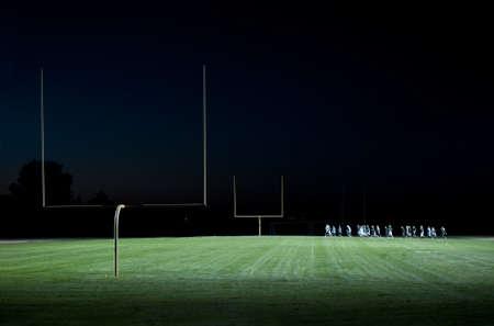Voet bal spelers op het veld uitgevoerd op nacht Stockfoto - 8385422