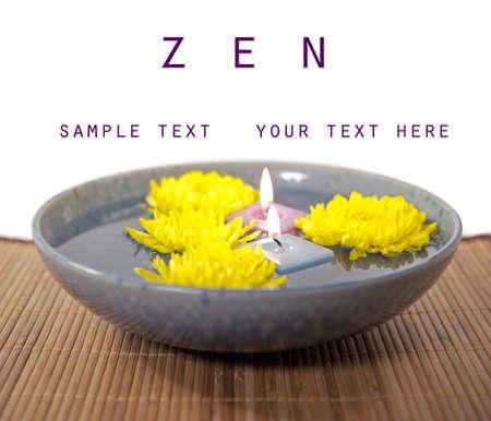 Zen reflectie chrysant bloemen met kopie ruimte