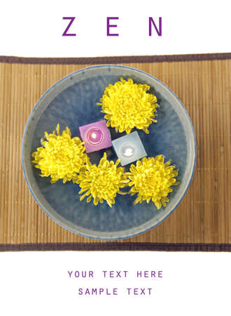chrysanthemum flowers and aromatherapy candles in water Banco de Imagens