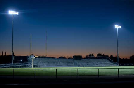 Twee stadion lichten schitteren in de nacht Stockfoto - 8676904