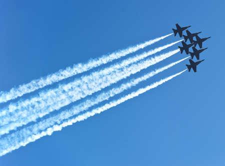 jet stream: seis aviones jet con pistas aéreas en el cielo azul profundo Foto de archivo