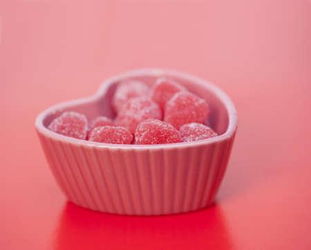 Hartvormige snoepjes in een hartvormig blad Stockfoto - 12113363