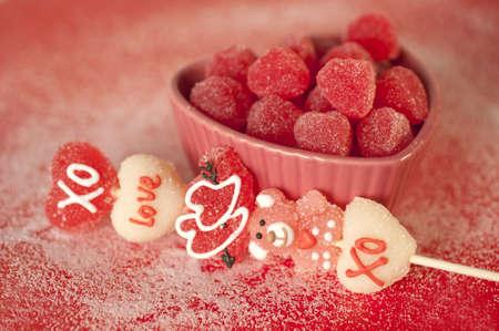 hartvormige snoepjes in een hartvormige schaal