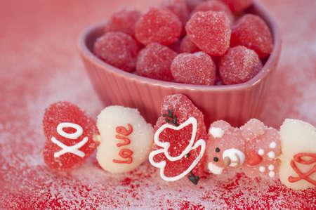 hartvormige snoepjes in een hartvormige schotel Stockfoto