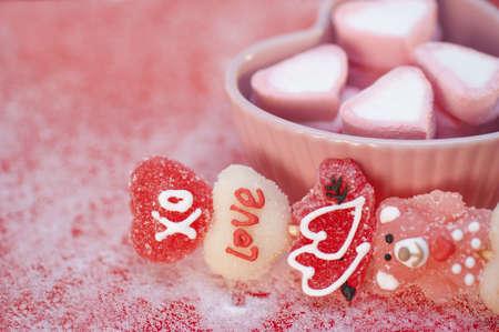 hartvormige marshmallows in een hartvormige blad