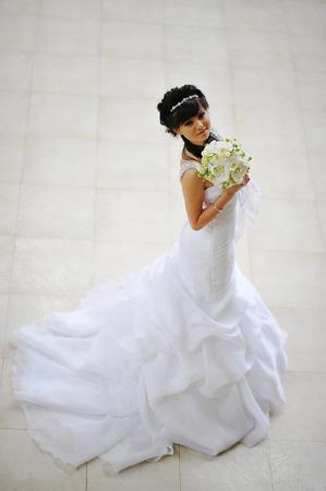 hair dress: Novia morena con vestido de pelo original Foto de archivo