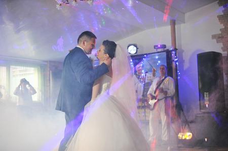 처음으로 빛과 연기로 웨딩 댄스 스톡 콘텐츠