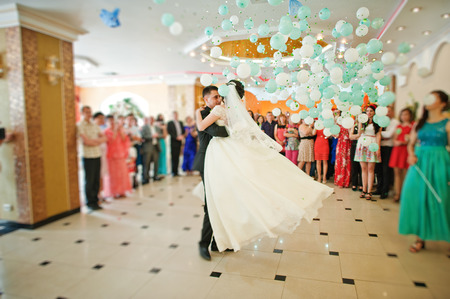 First wedding dance with falling balloons Foto de archivo