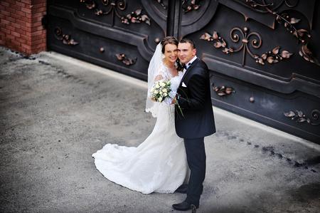 puertas de hierro: par de la boda cerca de las puertas de hierro forjado