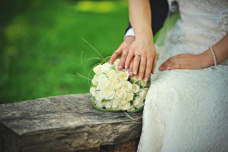 pareja casada: pareja de recién casados ??caminando en el amor y sus manos