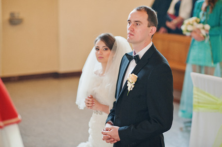 sacerdote: pareja de boda cristiana en la iglesia católica