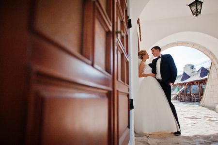 puertas de madera: los recién casados ??cerca de las puertas de madera